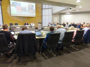 De gemeenteraad vergadert in de raadszaal.