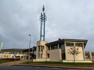 Het gemeentehuis van Steenwijkerland met een grote blauwe toren.