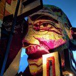 Een praalwagen met het gezicht van Ghandi.