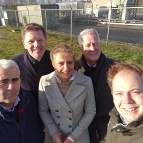 Selfie van politici voor een gaswinningslocatie.