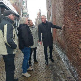 Politici bekijken schade in de straat en bespreken mogelijke ontsluitingsweg in Blokzijl.