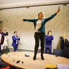Sigrid Kaag danst op de tafel van blijdschap als reactie op de verkiezingsuitslag.