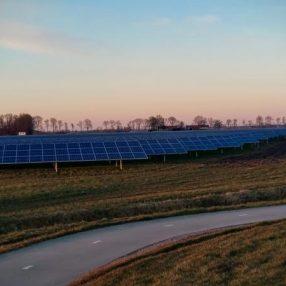 Een zonnepark gelegen op een weiland bij Emmeloord.