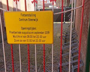 Een lege fietsenstalling achter een hek in Steenwijk.