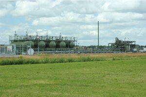 Grote tanks voor het winningswater op de gaswinningslocatie bij Eesveen.