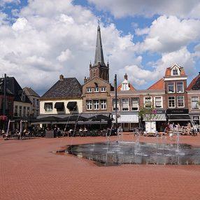De nieuwe markt in Steenwijk met fontein, terras en Steenwijker Toren.