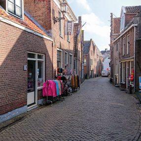 De smalle Brouwerstraat door Blokzijl heen.