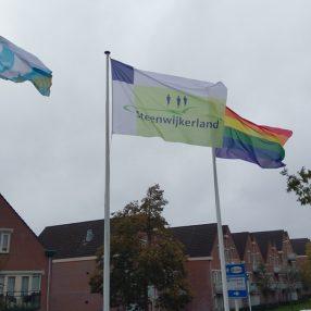 De regenboogvlag wappert bij het gemeentehuis van Steenwijk