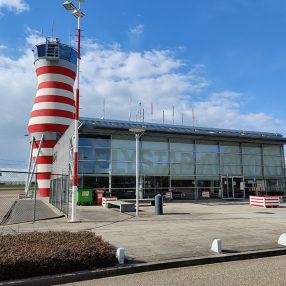 De huidige terminal van Lelystad Airport met de kenmerkende toren voor de luchtverkeersleiding.