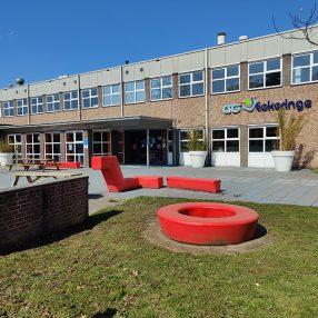 Het schoolgebouw van CSG Eekeringe in Steenwijk met voorop het schoolplein.
