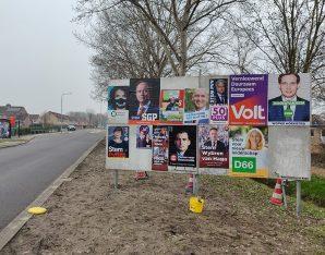 Voor de verkiezingen in Zwartewaterland staan er diverse verkiezingsborden met posters.